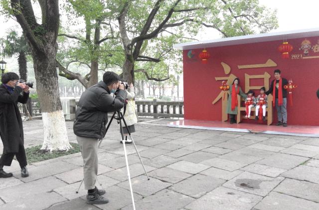 """宁波工作技术学院师生为60多户""""就地春节""""家庭拍照全家福"""