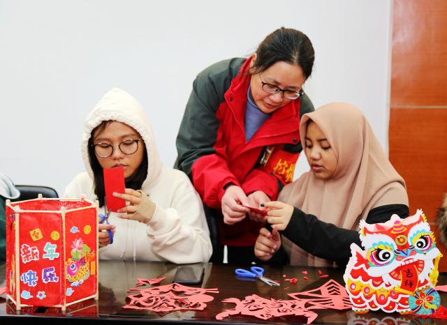 江苏省南通科技职业学院安排留学生过中国年