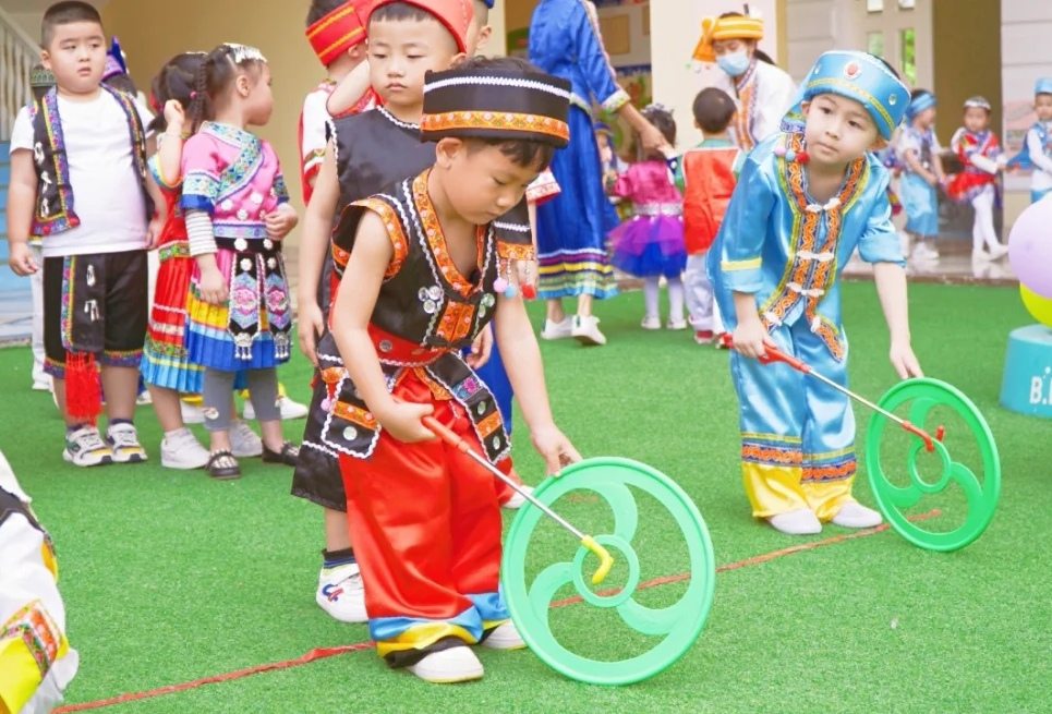 P 21-23 民族地区学前教育的孩子们在开展活动 线亚威 供图.jpg