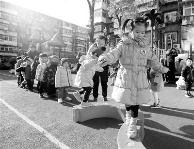 天津幼儿园坚持冬季户外活动