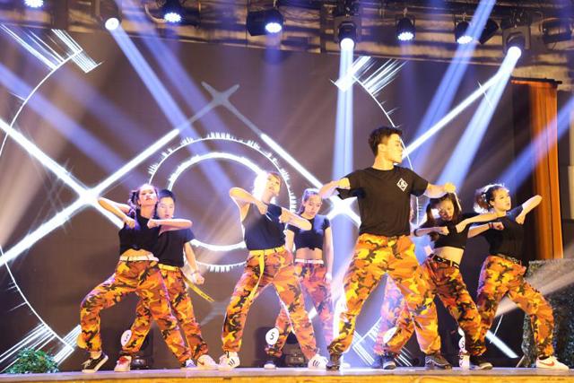 5月14日,经过历时1个月的比赛和角逐,第15届华北电力大学校园之星风采大赛进行了总决赛,并决出冠军选手。作为庆祝华北电力大学建校60周年系列活动之一,本次校园之星风采大赛活动以弘扬中华传统文化,坚定文化自信为主题,更加注重对中华优秀传统文化传承发展的要求,以学校学生会和学习总书记系列重要讲话学习会为主联合举办了此次活动。 据悉,校园之星风采大赛在比赛机制上对传承中华文化进行了强调,要求参赛作品突出展现中华文化独特魅力,弘扬中华传统文化的积极氛围,使广大青年学子坚定文化自信,树立担当意识。决赛中,经过