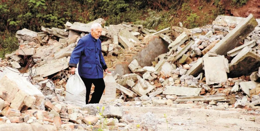"""重庆88岁""""拾荒校长""""走了,一生省吃俭用捐款百万助学…"""