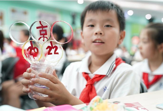 """与孩子们通过""""旧瓶变身记"""",探究垃圾分类回收与节能减排,变废为宝的环"""